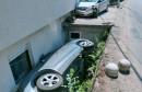 DVOJE OZLIJEĐENIH Udario u parkirani automobil pa na boku 'upao' u dvorište obiteljske kuće