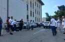 """Građani okupljeni oko inicijative """"Jer nas se tiče"""" stigli pred Vijećnicu"""
