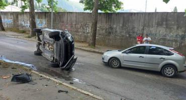 Kod stadiona HŠK Zrinjski, automobil se prevrnuo na 'bok', lakše ozlijeđena jedna osoba