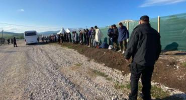 Iz improviziranih objekata izmještena 62 migranta