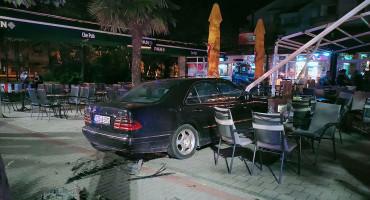MOSTAR Autom upao na terase kafića