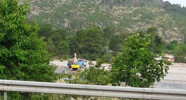 Stotine kamiona šljunka vade iz Neretve u Čapljini, a nitko nema dozvole