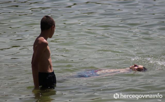 Hercegovci spas od vrućina potražili na kupalištima rijeka i bazenima