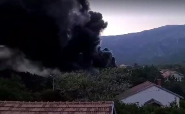 U Mostaru netko zapalio 'brdo' starih guma, vatrogasci se s požarom borili tri sata