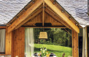Drvena kuća iz bajke s interijerom u rustikalnom stilu