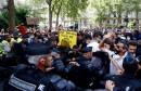 U Parizu eskalirao prosvjed protiv mjera, policija suzavcem na prosvjednike