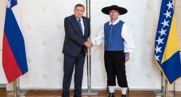 SLUŽBENI POSJET VELEPOSLANIKA ZEMLJE IZ EU Pred Dodika u narodnoj nošnji
