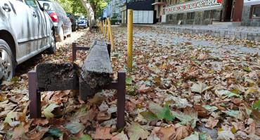 NITKO NE ZALIJEVA Na mostarskim ulicama kao da je jesen ...