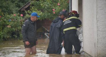 VODA PRODIRE U KUĆE Velika poplava u Slavoniji