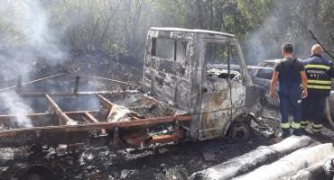 DRINOVCI Izgorjela tri osobna vozila