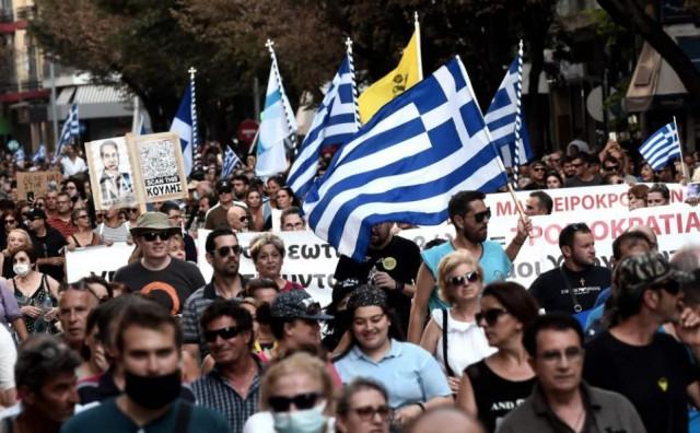 Građani Atene prosvjedovali protiv obaveznog cijepljenja, policija na njih suzavcem i vodenim topom