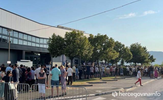 Nenormalne gužve u Metkoviću, mnogi Hercegovci u redu za cijepljenje