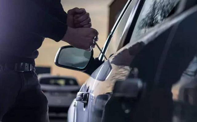 MOSTAR Migranti pobjegli od policije i odbacili vrećicu s ukradenim stvarima, obijen i automobil