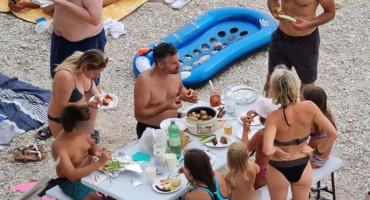 """BAŠKA VODA Na plaži stol za ručak, """"domaćin"""" ponio i lonac"""