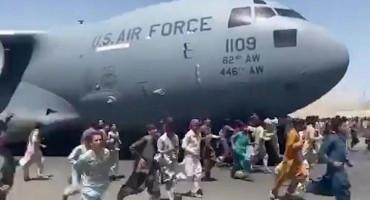 NEVJEROJATNE SCENE U zračnoj luci u Kabulu ljudi se vješaju po zrakoplovima koji polijeću