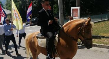 HRVATSKO-NJEMAČKO VJENČANJE Mladu na konju odveo u crkvu na Buškom Blatu