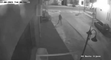 BIH Prijavljen nestanak maloljetnika, a on po gradu palio automobile i bacao bombe
