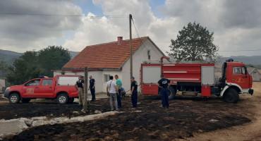 Gacko: Vatrogasci branili kuće od požara
