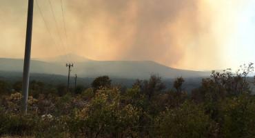 POŽARI U ISTOČNOJ HERCEGOVINI Vatra povremeno obustavlja promet između Trebinja i Ljubinja