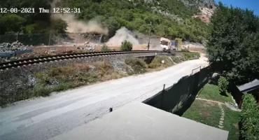 IZBJEGNUTA TRAGEDIJA Kod Čapljine se ogromna stijena sručila preko pruge na cestu