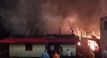 U požaru u Vitezu izgorjela tvornica i dvije obiteljske kuće, ozlijeđen vatrogasac