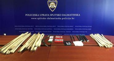 16 PRIVEDENIH Policija u navijačkom kombiju našla 43 drvene palice, bengalke, fantomke ...