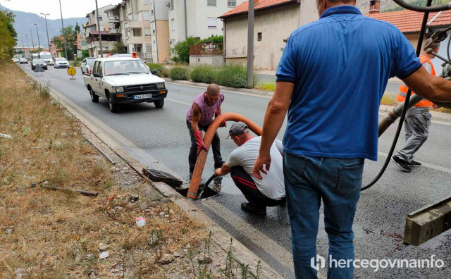 NESVAKIDAŠNJE Nakon godina čekanja, u najprometnijoj mostarskoj ulici očišćeni kanalizacijski odvodi