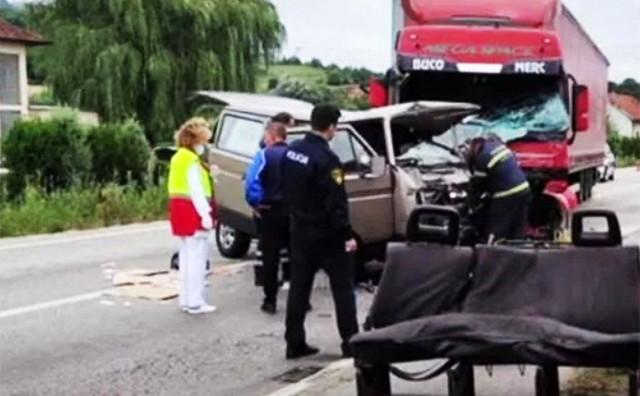 SUDAR KOMBIJA I KAMIONA U težoj prometnoj nesreći poginuo 31-godišnjak