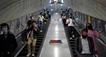 RASTE BROJ NESREĆA Ljudi se zbog straha od korone na pokretnim stepenicama ne drže za rukohvate