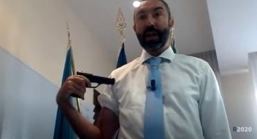 """Talijanski političar šokirao javnost; """"cijepljenjem"""" pištoljem upozorava na štetnost cjepiva"""