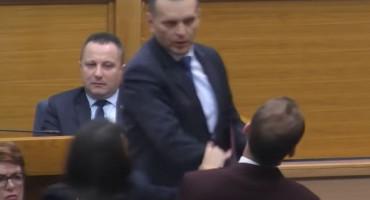 "MINISTAR LUKAČ ZVEKNUO ZASTUPNIKA Lukač: ""Nisam kriv"""