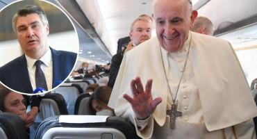 Papa Franjo iz aviona Milanoviću poslao telegram