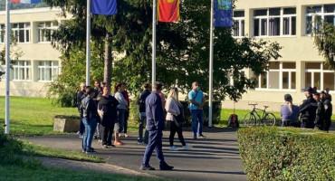 NAKON ANTIVAKSERA, TU SU I ANTIMASKERI Učenik u Hrvatskoj odbio staviti masku, pred školu stigla interventna