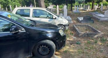 STARO NORMALNO U centru grada automobile parkiraju skoro na grobove