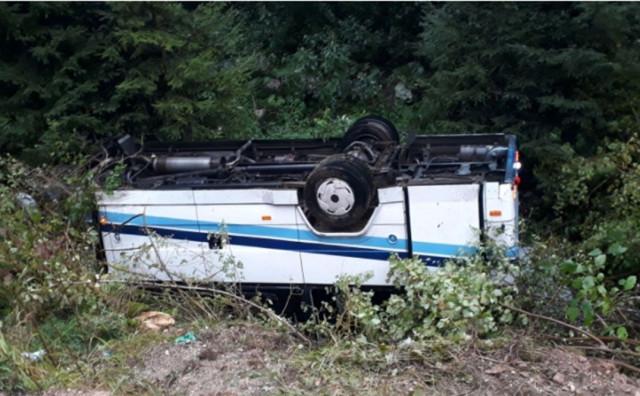 GORNJI VAKUF Autobus se nakon sudara s autom prevrnuo, ozlijeđeno 16 osoba