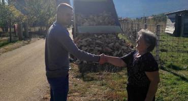POMOĆ JEDNIH DRUGIMA Mostarci obradovali sumještanku za predstojeću zimu