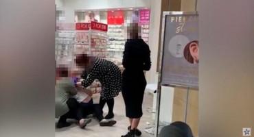 Šokantan snimak kako majka i baka obaraju djevojčicu kako bi joj probušili uši dok ona preklinje da ju puste