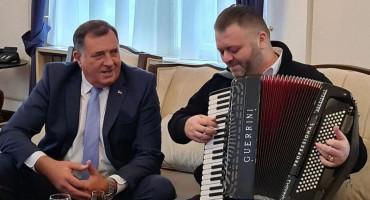 AH ŠTO VOLIM OVAJ REŽIM... Dodik doveo harmonikaša u Predsjedništvo, pila se i žestoka pića