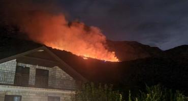 Buknuo veliki požar kod Makarske, jugo otežava posao vatrogascima