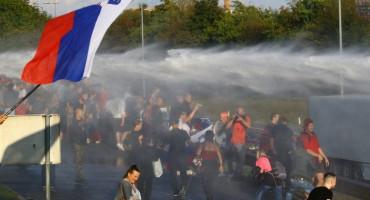 PONOVNO KAOS U SLOVENIJI Policija rastjerala prosvjednike suzavacem i vodenim topovima
