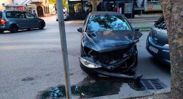 Težak sudar dva automobila u središtu Mostara