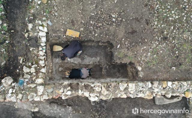 GRADAC SVE MISTERIOZNIJI Gore je nekad bila pokopana važna žena, od nje je ostala samo ukosnica